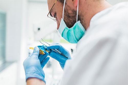 ¿Cuántos tipos de prótesis dentales existen?